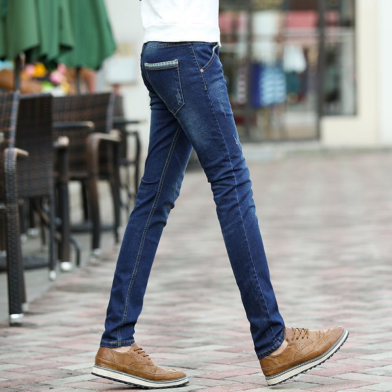 hombres con pantalones ajustados