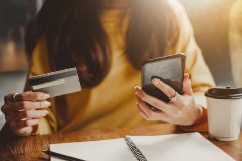 Mujer con sus tarjetas de crédito