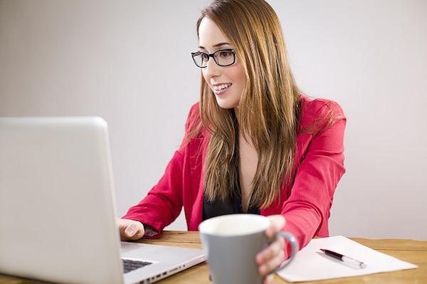 Mujer revisa su computadora