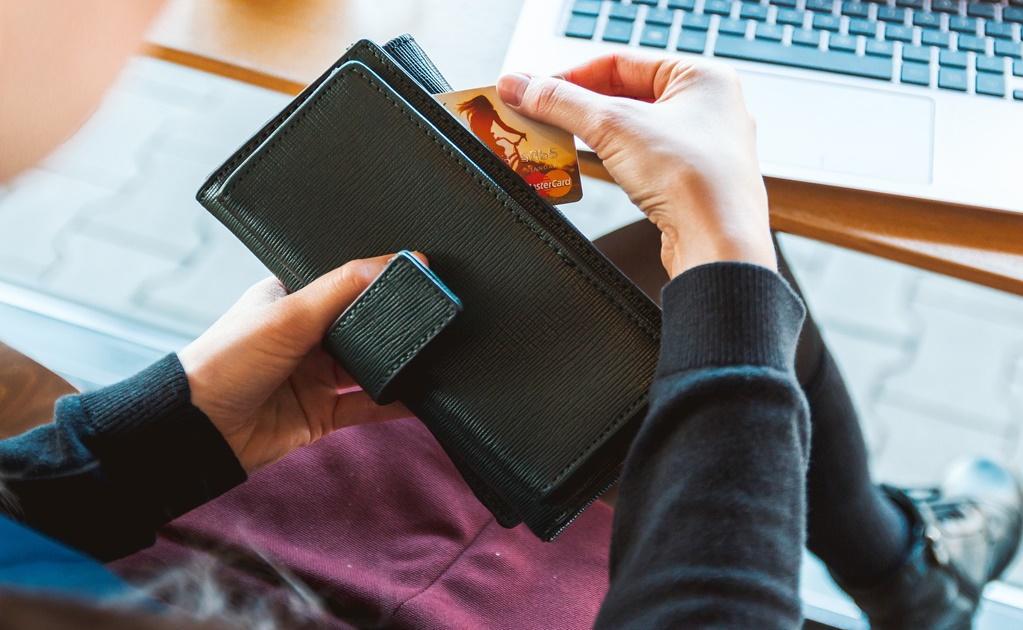 Mujer paga con su tarjetas de crédito