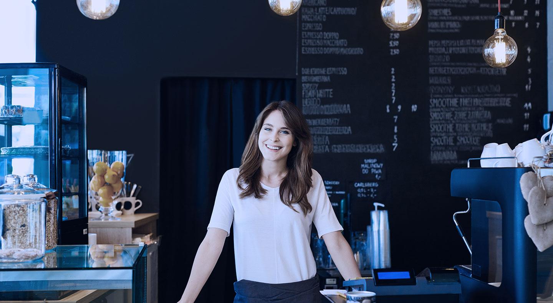 mujer sonriendo dentro de un negocio