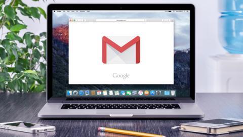 computadora con correo electrónico empresarial