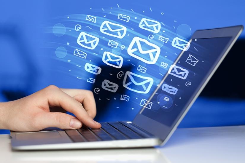 laptop con sistemas de correo electrónico