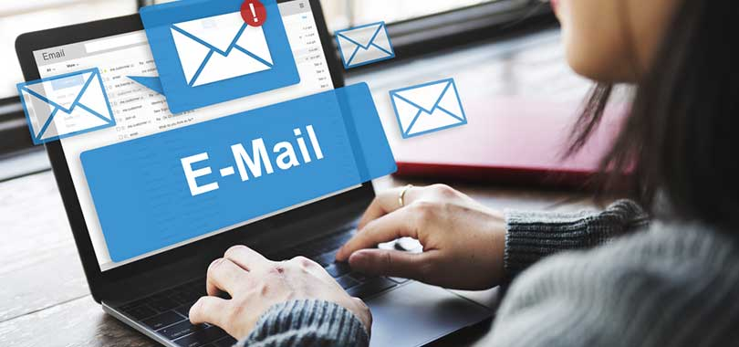 mujer con correo electrónico empresarial