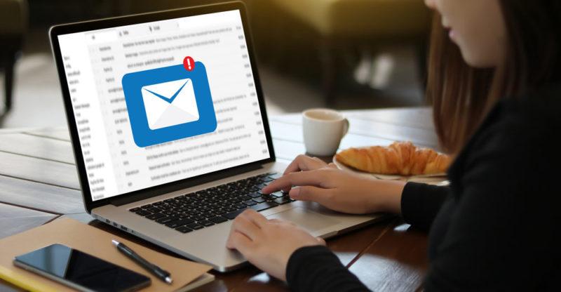computadora con sistemas de correo electrónico