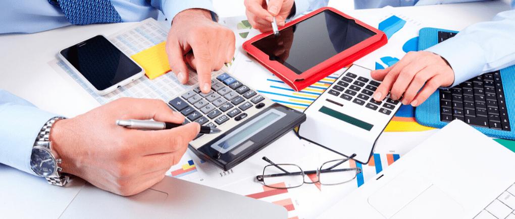 Hombres revisando las finanzas