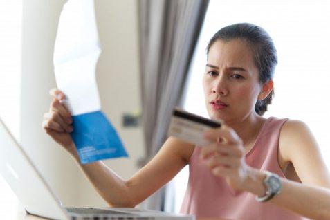 Mujer revisando una solicitud