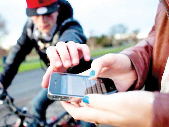 persona robando un celular