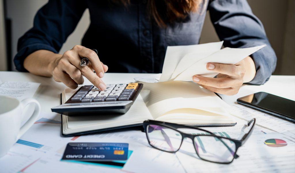 Persona revisando deudas
