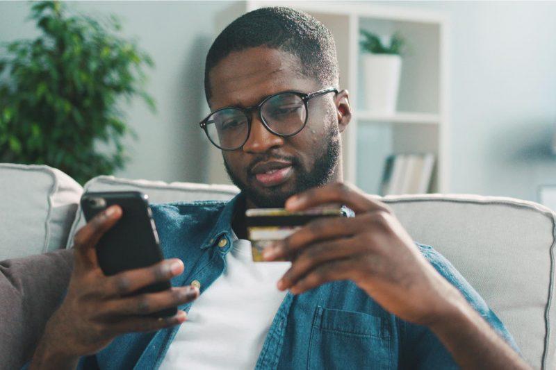 Hombre revisando su tarjeta
