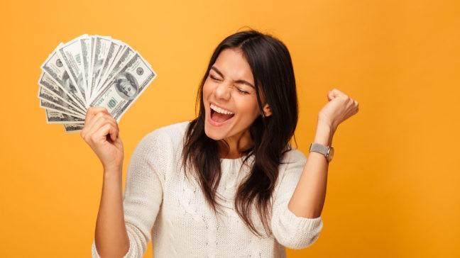 mujer feliz por ahorrar dinero