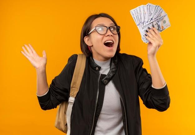 mujer sorprendida por ahorrar